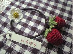 Haargummi mit gehäkelten Erdbeeren