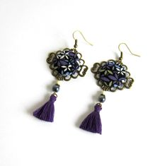 Boucles d'oreilles bohème chic violettes, bronze, fleurs, noir, blanc, cabochon coton, pompon fait main : Boucles d'oreille par color-life-bijoux