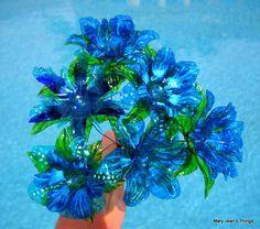 Usted recibirá una docena flores de botella de agua similares a las que se muestran en mis fotos. Se hacen por encargo, en su opción de colores. Puesto que no hay dos flores son iguales, usted recibirá una variedad de flores, todo únicamente diferentes. Todas mis flores están hechas
