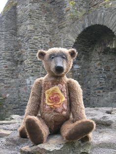 Der Bär mit gelben Rosen . Das Bild ist gestickt . Im Hunsrück .