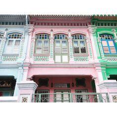 色彩の色合い、タイルの装飾、建物の造り、どれもツボでした。1つ1つのエリアで雰囲気が違ってて本当に面白い国だ! #singapore #SIAHolidays #katong Village Hotel, Mansions, House Styles, Instagram Posts, Home Decor, Decoration Home, Manor Houses, Room Decor, Villas
