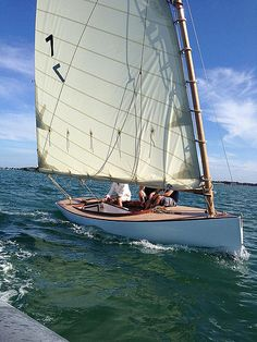 A South Bay Catboat By William & John Atkin, made in france - Page 7 Wooden Sailboat, Wooden Boats, Boat Crafts, Sailing Dinghy, Sailing Holidays, Wooden Boat Building, Classic Yachts, Naval, Boat Art