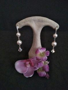 Modelo Swarovski circonita.  Los pendientes están elaborados con  plata de ley y perlas de Swarovski de 10 mm de uno o varios colores, complementamos los pendientes con un gancho ambos de plata de ley con circonita  y un cristal de swarovski de 8 mm. En el blog de la web puede ver cómo conservar y limpiar sus joyas de plata. Si desea este collar en otro material escribanos a info@carlynch.es  #plata #925 #Swarovski #joyas