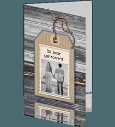 Uitnodigingskaart huwelijksjubileum hout met naam label