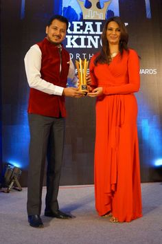 "Receiving - ""Reality King Young Achievers Award"" from Former ‪#MissWorld - Diana Hayden"
