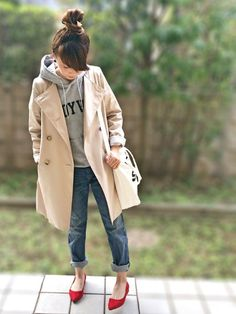 Elevate with the trench. Fashion 101, Denim Fashion, Daily Fashion, Fashion Photo, Love Fashion, Girl Fashion, Fashion Outfits, Womens Fashion, Red Flats Outfit