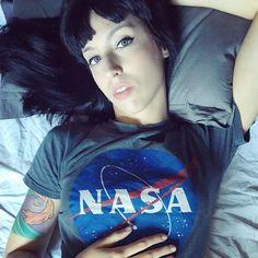 Nos alzaron en brazos descubrimos planetas nos creímos tan fuertes como héroes de guerra.  #nasa #tattoedgirl #greyeyes by paulagalaecia