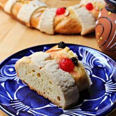 Rosca de Reyes, or Roscón de Reyes, is an oval-shaped Mexican dessert and Spanish dessert eaten on or around January It celebrates the Three King's visit to the Baby Jesus. A delicious treat with Easy Desserts, Delicious Desserts, Yummy Food, Tostadas, Yummy Treats, Sweet Treats, Cake Recipes, Dessert Recipes, Bread Recipes