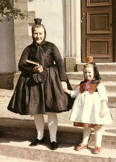 Schrecksbacher Großmutter mit ihrer Enkelin in Tracht, 1960er Jahre