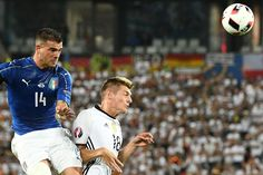 TOPSHOT - Italy's midfielder Stefano Sturaro (L) vies for the ball against Germany's midfielder Toni Kroos during the Euro 2016 quarter-final football match between Germany and Italy at the Matmut Atlantique stadium in Bordeaux on July 2, 2016.. / AFP / VINCENZO PINTO