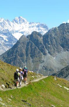 Randonnée entre Arolla et Zermatt en passant par Zinal, sur l'un des plus célèbres itinéraires des Alpes Suisses. Vues sur les grands sommets du Valais : le Pigne d'Arolla, le Mt Collon, la Dent Blanche, le Weisshorn et le Zinalrothorn , le Massif du Mont Rose et du Cervin http://www.grandangle.fr/circuit/18651_arolla_-_zinal_-_zermatt