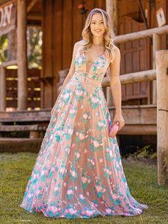 Vestido rosa para madrinha: 20 opções nos tons da vez! Printed Bridesmaid Dresses, Pink Prom Dresses, Backless Prom Dresses, Blue Wedding Dresses, Club Dresses, Party Dresses, Formal Dresses For Teens, Elegant Dresses, Formal Gowns