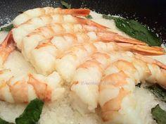Gamberoni alla menta su piastra al sale aromatizzata - King prawns with mint on a hot salt plate