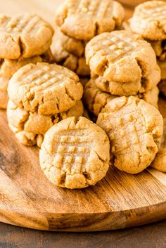 4 INGREDIENT PEANUT BUTTER COOKIES These flourless peanut butter cookies only take one bowl and are a breeze to whip up. Their ultra-rich flavor makes them perfect for peanut butter lovers! Peanut Butter Blossom Cookies, Flourless Peanut Butter Cookies, Chewy Sugar Cookies, Gluten Free Peanut Butter, Homemade Cookies, Cookies Et Biscuits, 12 Cookie Recipe, Peanut Butter Cookie Recipe, Peanut Butter Recipes