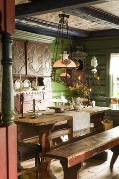 ANTIKVITETER: Kunstnerparet har samlet bondeantikviteter gjennom et langt liv. Skatollet fra 1844 er fra Etnedal i Valdres.