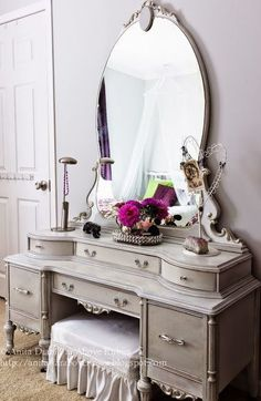 Shabby to Chic: Five Ways to Revamp and Modernize Your Shabby Chic Room - Sweet Home And Garden Antique Vanity, Vintage Vanity, French Vanity, Vintage Makeup, Vintage Furniture, Painted Furniture, Furniture Dolly, Muebles Shabby Chic, Decoration Inspiration