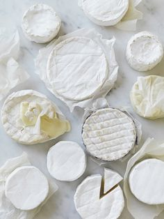 white brie cheeses//