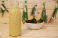 Auch Salatdressings kann man hervorragend im Thermomix zubereiten. Dieses Joghurt-Dressing hält viele Wochen im Kühlschrank.