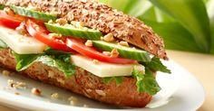 An Flughäfen und Bahnhöfen ist das Essen meist teuer und ungesund. Wir verraten Ihnen gesunde Alternativen als leckere Snacks für unterwegs.