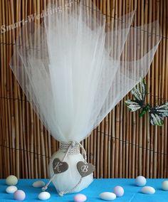 Μπομπονιέρα γάμου τούλινη με μονογράμματα πάνω σε καρδιές