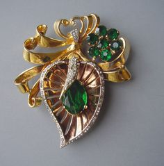 RETRO unsigned stylized leaf fur clip with green and clear rhinestones set in gold tone