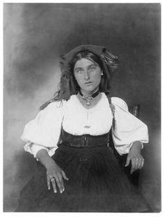 1920 - Portraits d'Ellis Island - Augustus Frederick Sherman Vintage Photographs, Vintage Photos, Ellis Island Immigrants, Italian Women, Expo, People Of The World, Female Portrait, Historical Photos, Belle Photo