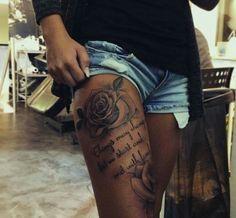 Oberschenkel Tattoo mit Rosen Mehr