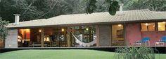 Madeira e alvenaria mista foram eleitas para a estrutura desta casa. Um volum...