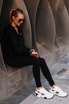 White Fashion Sneakers, Sneakers Fashion Outfits, White Sneakers, Nike Street, Black Windbreaker, Minimal Outfit, Fashion Jackson, Street Style Women, Street Styles
