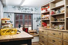 «Umami Tales», ονομάζεται το κατάστημα με delicatessen προϊόντα που έφτιαξε ο Βασίλης και μόλις ξεκίνησε να λειτουργεί στην καρδιά του εμπορικού κέντρου της Αθήνας, στον αριθμό 18 της οδού Σοφοκλέους... Φωτό: Πάρις Ταβιτιάν/ LIFO Athens, Cocoa, Kitchen Island, Home Decor, Island Kitchen, Decoration Home, Room Decor, Theobroma Cacao, Hot Chocolate