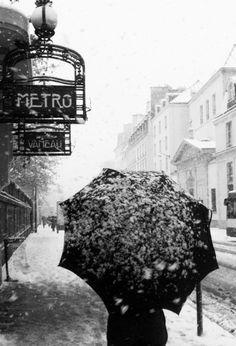 Paris - Photo by joli_dragon Street Photography, Art Photography, Umbrella Photography, Paris Metro, U Bahn, I Love Paris, Beautiful Paris, Paris Ville, Foto Art