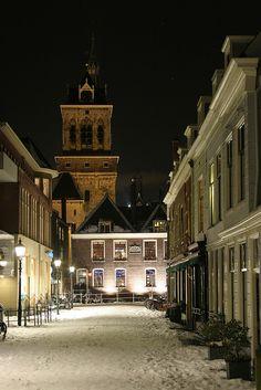 Delft - Boterbrug - de besneeuwde straat is een brug, waar boten onder door varen - op de achtergrond de achterkant van het Stadhuis