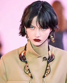 Chloé Fall 2019 Ready-to-Wear Collection - Vogue Hair Reference, Photo Reference, Model Tips, Photographie Portrait Inspiration, Magazine Mode, Moda Paris, Model Face, Model Body, Grunge Hair