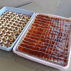 TRILECE 5 yumurta 1 su bardagi seker 1 su bardagi arti 1 yemek kasigi dolusu un 1 paket kabartma tozu 1 vanilin 1 çimdik tuz Yumurtaların…