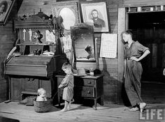 We might have forgotten, if a handful of amazing photographers had not captured the Great Depression seizing America from 1929 to Vintage Pictures, Old Pictures, Old Photos, Vintage Images, Margaret Bourke White, Dust Bowl, Great Depression, Historical Images, Vintage Photographs