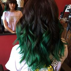 DIY turquoise ombre hair dye for medium wave hair girls with round face -Creative blue/green ombre hair dye for party