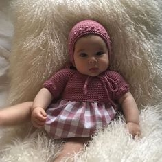 La imagen puede contener: una persona Girls Dresses, Flower Girl Dresses, Crochet Bebe, Baby Knits, Merida, Baby Knitting, Mary, Wedding Dresses, Fashion