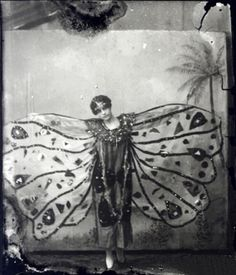 I love fancy dress ideas from the Deco days, like this butterfly girl, I think there should definitely be a fancy dress party in Downton Abbey xx Vintage Pictures, Old Pictures, Vintage Images, Old Photos, Vintage Love, Vintage Beauty, Vintage Fashion, 20s Fashion, Vintage Art