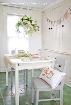 Shabbilicious Sunday takes a tour of Jennifers gorgeous 1865 farmhouse at Town and Country Living - eating nook.