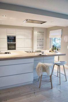 cuisine-equipee-blanche-laquee-design-mur-lambris-bois-blanc-sol-parquet-tapis-fourrure-tabouret-inspiration-eames-