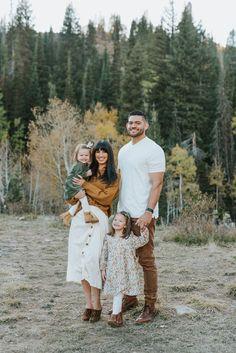 Fall Family Portraits, Family Portrait Poses, Family Posing, Family Family, Family Portrait Outfits, Fall Family Picture Outfits, Fall Family Pictures, Young Family Photos, Family Pics