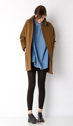 denim shirt. Large tan jacket. Leggings. Black dressy boots. Casal.