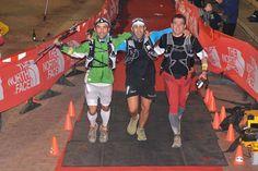 Cruzando meta en Transgrancanaria 2013, tras 22h11m de carrera con Manuel Lobelle (centro) y Jaime Marín (izda.) .