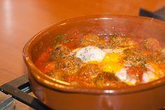 Deze Keftatajine wordt in de pan op tafel gezet, zodat iedereen er op Marokkaanse wijze gezamenlijk van kan eten. Een snel en overheerlijk recept uit de tajine.
