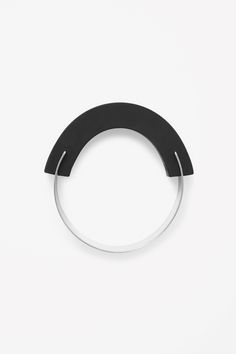 COS-Metal and rubber bangle Minimal Jewelry, Trendy Jewelry, Modern Jewelry, Jewelry Art, Jewelry Accessories, Jewelry Design, Fashion Jewelry, The Bangles, Metal Bracelets
