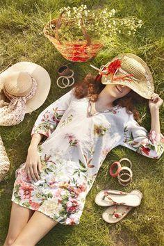 Eu erro, acerto, brigo, brinco, caio, levanto... Teimosa, acredito que todos os dias são lindos e estão longe de serem iguais. Sonhadora, acredito que todas as flores se abrem pra mim. Sou um perfeito exemplo de pessoa imperfeita mas, sei amar como ninguém. Rosi Coelho
