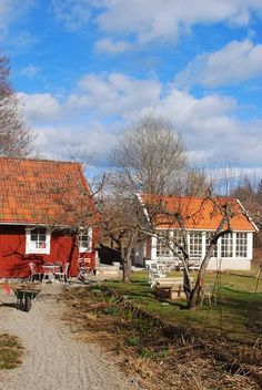 Julias Vita Drömmar I would love a house with schoolhouse windows like the small white building. Wooden Cottage, White Cottage, Sweden House, White Building, Swedish Style, Potting Sheds, Scandinavian Home, Farm Life, Outdoor Living