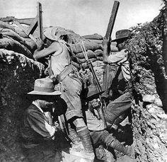 Avustralya keskin nişancısı Gelibolu'da dürbünlü tüfek kullanırken çekilmiş bir fotoğraf.Tüfek bir periskop aracılığı ile desteklenmekte. Muhtemelen Avustralya 2. Süvari alayına ait bu askerlerin fotoğrafının çekildiği alan ise Quinn's karakolu yani Bombasırtı civarı olabilir. / Australian sniper using a periscope rifle at Gallipoli,1915.He is aided by a spotter with a periscope. The men are believed to belong to the Australian 2nd Light Horse Regiment and the location is probably Quinn's…