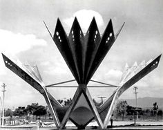 Escultura 'Los Abanicos', Plaza de Abanicos , Paseo de la Reforma 182 Lomas de Cuernavaca, Temixco,  Morelos, México 1958 Arqs. Guillermo Rossell y Lorenzo Carrasco