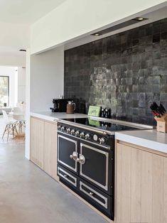 Kitchen Cabinet Remodel, Kitchen Cabinet Design, Kitchen Tiles, Kitchen Flooring, Kitchen On A Budget, New Kitchen, Kitchen Dining, Kitchen Decor, Cuisines Design